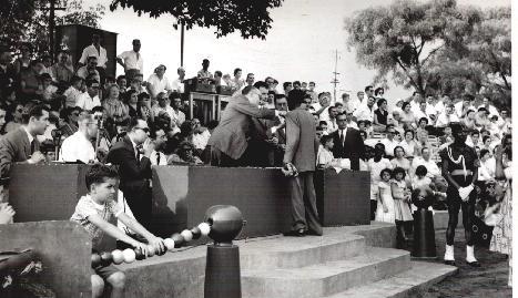 Festa grande. Entrega de medalhas. À esquerda, à secretária Vítor Santos. Jorge em baixo de braços apoiados no cordão de cabaças