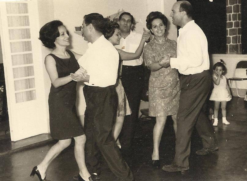 Dundo, bailarico em casa do Dr. Santos David. Casais: Mendonca; Santos David, Amaral ( piloto) A menina filha do casal Amaral