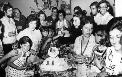 Baptizado-filho/a da Isabel Amaral? Moura Ferreira, Braga, Isabel Amaral ( com a faca a cortar o bolo), Justina ( Ferraz) Pedro,...?...?,...?,  sra do Patuleia,....?, Dessinha Braz, Eduardo Ressurreicao, e filho do Neto?