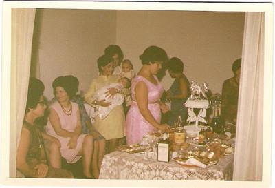 Batizado do Carlitos 18-02-68  Manuela Viriato, Milú Patuleia, Lisa Teixeira com o Bébé ao colo, atrásPaulo Redondo ao colo da mãe, Lurdes Carreira,