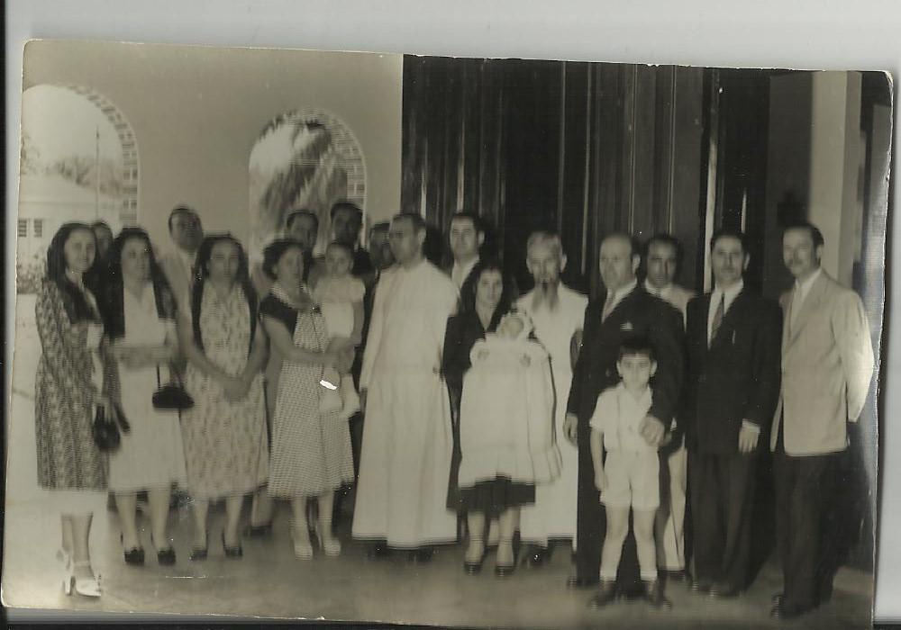 Dundo 1952- baptizado do César Aires Marques, Os padrinhos dele são o casal Vieira Alice Pacheco com o Carlos Aires Marques ao colo,Maldonado Ferreira de oculos atras da Alice,  Aires Marques,