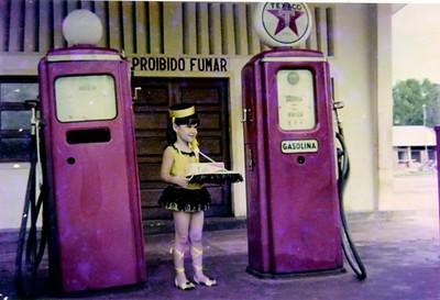 Lena Simões - Carnaval - Bomba de gasolina de Cassanguidi - Máscara de vendedora de Cigarros