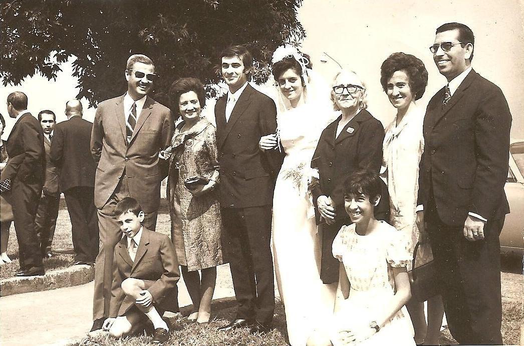 Andrada11/07/71 NANDA FERREIRA DA SILVA E RAUL Casal Pinho Barros, os noivos e a avó paterna, tios e os primos da Nanda. A prima em primeiro plano, é a Elsa Rocha