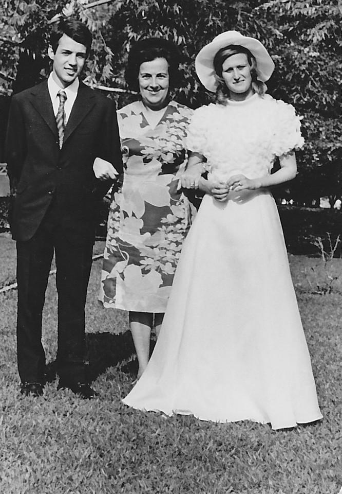Lukapa. 24/9/1972. NANY TAVARES E TOZÉ LOURENÇO Noivos com Judite Mendonca