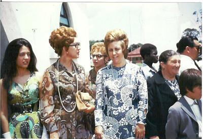 "Lukapa. 24/9/1972. NANY TAVARES E TOZÉ LOURENÇO irma do Noivo, Teresa ""Adalberto"",... ?, Aurora Tavares, ......???"