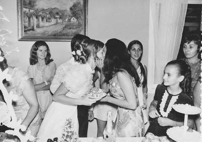 Lukapa. 24/9/1972. NANY TAVARES E TOZÉ LOURENÇO Betinha Peleja, Nany beijando a cunhada, Zelinha e ....???