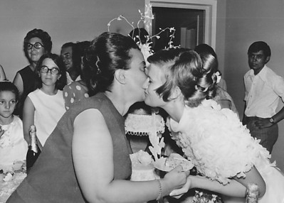 Lukapa. 24/9/1972. NANY TAVARES E TOZÉ LOURENÇO Elizabete Medeiros beijando a Nany. Ao fundo casal Adalberto.