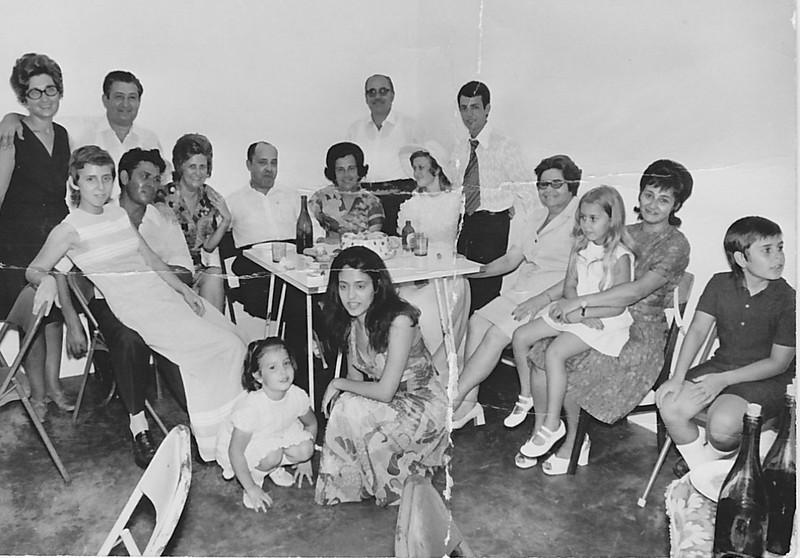 """Lukapa. 24/9/1972. NANY TAVARES E TOZÉ LOURENÇO Em pe': Teresa """"Adalberto"""",  Tavares, Emidio Santos e  TOZÉ LOURENÇO Sentados: Guida Tavares, ....?, Aurora Tavares, Dr. Pinto sousa, Judite Mendonca, NANY TAVARES, sra. do Emidio Santos, e.......????"""