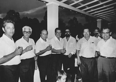 Lukapa. 24/9/1972. NANY TAVARES E TOZÉ LOURENÇO Medeiros, Ramos, Manuel Rosa, Tavares, Eng. ? , Antonio Lopes, Lourenco( sogro da Nany)