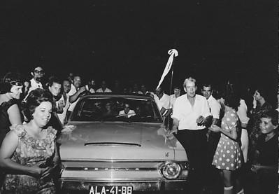 Lukapa. 24/9/1972. NANY TAVARES E TOZÉ LOURENÇO Partida para o Cossa no Zephyr Primeiro plano: sra do Teodosio ( esq.) e Peleja ( direita)