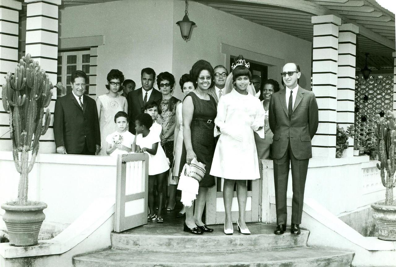 7 de Março de 1971 - Dundo Manuel Fraga Pinheiro e Aurora Duarte Pinto Dr. Ramos, Rosa Lopes com o pai e a mãe, sra do Maldonado Ferreira, Palmira, Maldonado Ferreira, Aurora, Susana e Dr. Rocha Afonso.