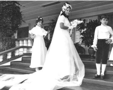 Dundo. BINA ALFREDO PEREIRA E HELDER. A noiva Bina Alfredo Pereira, (Albina dos Santos Pereira) rodeada dos irmãos, Joca e Carla, nos degraus da K18