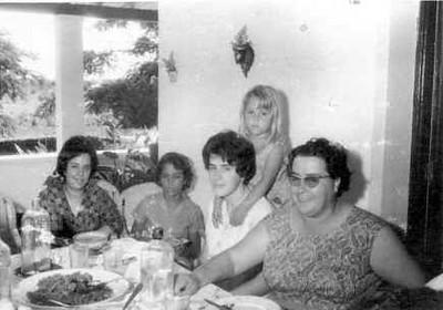Elizabete Medeiros e filhas Belinha e Carla. D. Isabel Amaral e filha Isabel.