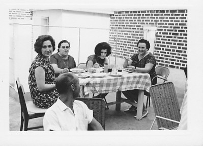 Quintal Tavares: Fontinhas a olhar para: Teresa Adalberto, Isabel Amaral e filha Isabel e Celeste Pombo