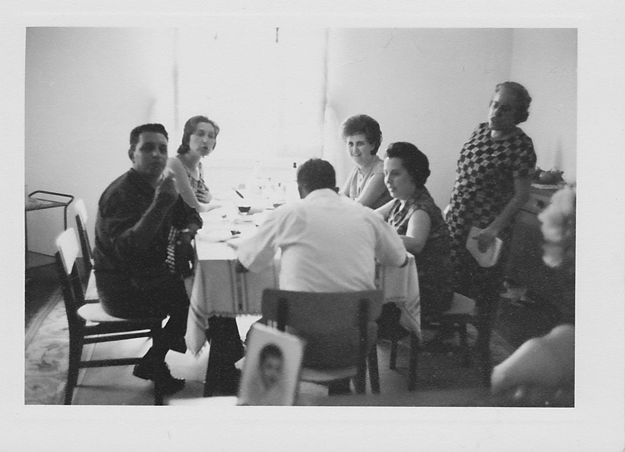 Andrada na casa dos Adalbertos: Medeiros, Teresa Adalberto, Aurora Tavares, avo' Arminda e Elizabete Medeiros e Adalberto ( de costas)