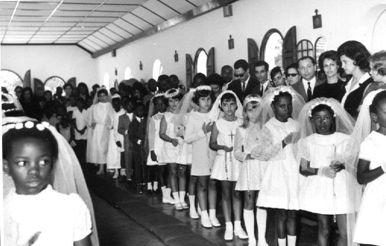 Dundo Primeira comunhão Reconhecem-se os pais Reis ao lado da Isabel , a Denise e a mãe, o Dr. Pedro Alves e mulher, a filha do Fraga ???