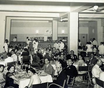 Casal Pacheco ( D. Alice de vestido de manga rendada) e casal Videira na mesa da es. Pinto Soares, ...Renato, Celeste, Boal Afonso e Gaspar (funcionários administrativos)