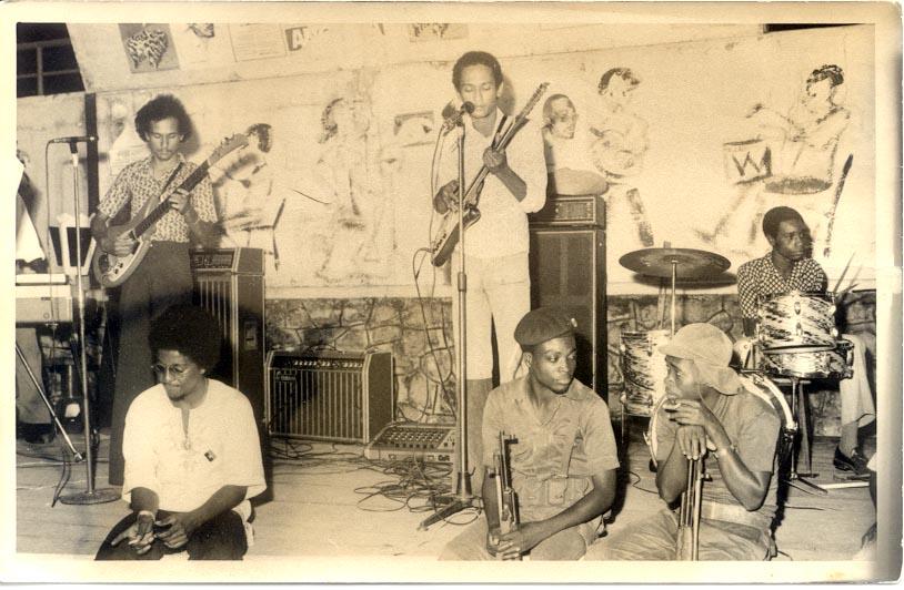 Festa nos Cavalos (1975?) irmãos Nogueira (Fernando e Jorgito) a tocar guitarra e o baterista é o Paulito