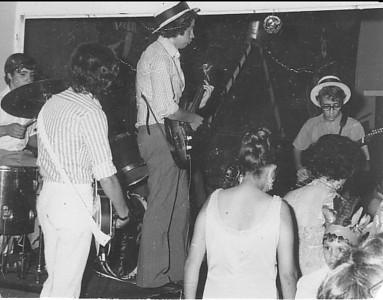 O viola baixo ( de costas) é  Vitor Correia, Paulo Costa e Leonildo Nogueira