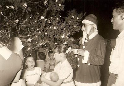 Natal na Casa do Pessoal do Dundo,  Milu Videira em frente ao Pai Natal