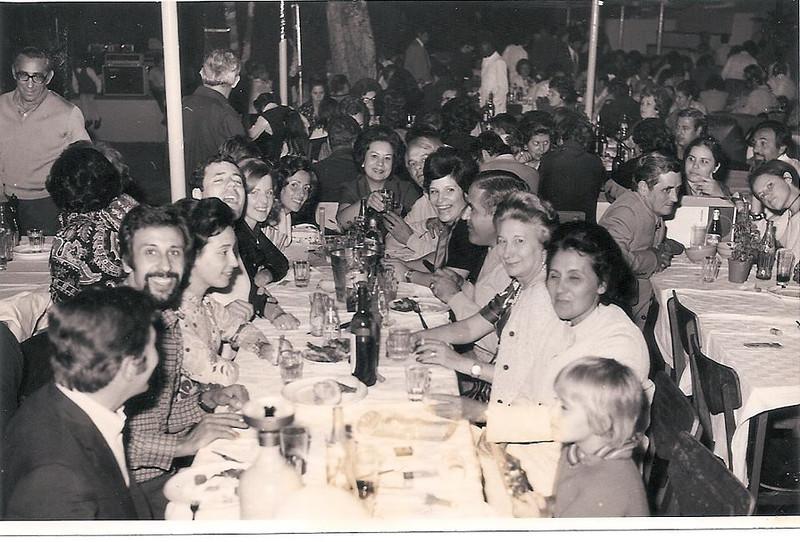 1973 - Dundo - Santos Populares  João Branco, Fernando e Arminda Simões, Jaime Lopes e Margareth, Manuel (ex Branco) Gina Mota, Zé e Sã Gamero, Franca Machado e Desaltina França Machado,( ?), e Maria João Branco; em pé o Botelho e o Mota de costas; na mesa ao lado está a Linda Madureira e  o pai Madureira, a Júlia e atrás o Quim Costa, o Josefa e a Esperança