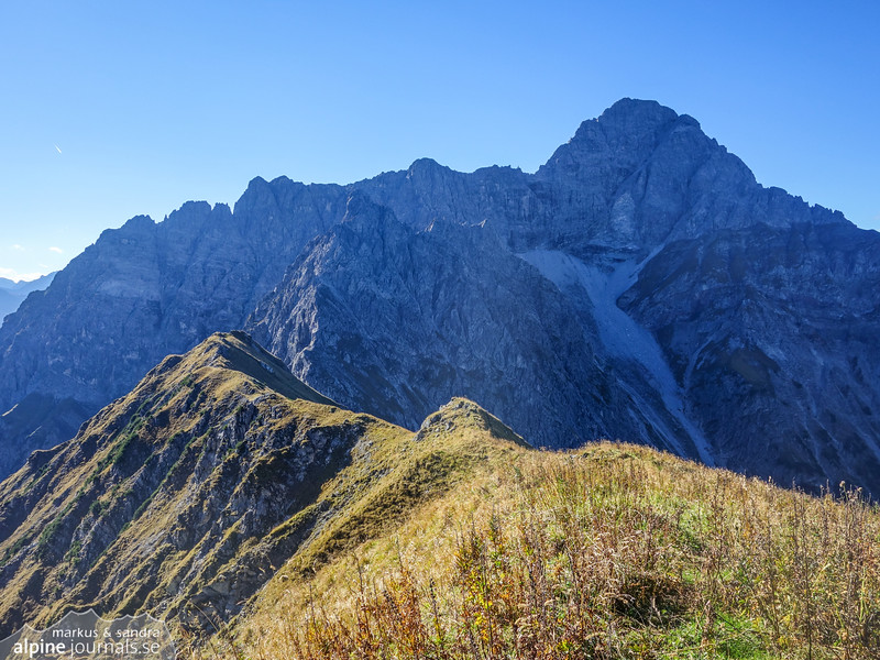 View from Bärenkopf ridge towards Kleiner Widderstein ridge (middle) and behind it, Grosser Widderstein east ridge (Ostgrat), starting from the far left (a bit cut) and leading to the main summit.