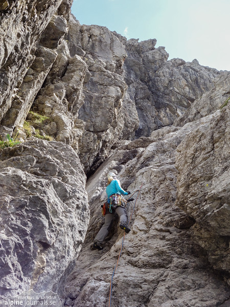 Pitch 4 (V-, 50m) was solid but rather poorly belayed. More bolts please! At Herbstsonne.
