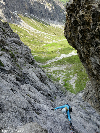 Pitch 3 (III+, 50m) at the slab. At Herbstsonne.