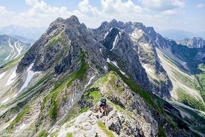 Ascending one of the last no-name peaks of  Hindelanger Klettersteig.