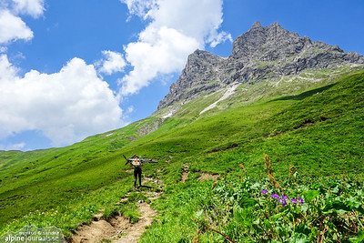 Mid-way up the Hochkrumbach pass we realize our mistake. It adds some 150 meter altitude of bikes over head and a considerable distance of traversing below the foot of Grosser Widderstein.