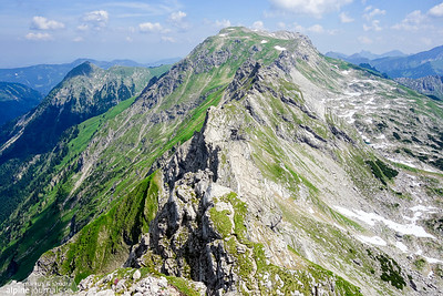We have passed Zwiebelstränge on Hindelanger Klettersteig, but there is still a long way ahead to the green, wide sumit of Grosse Daumen.