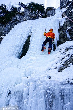Markus on top-rope at the main section of the middle waterfall of Schwarze Wand (WI4). The uppermost part can be seen in the photo. It's graded WI2 in Panico Allgäu guidebook, but today it's a clear WI4. In total, the two sections offer 40 climbing meters.
