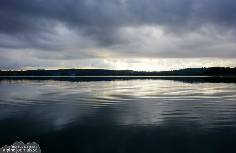Calm sea and dark clouds when paddling out from Landfjärden. In the very next moment, the drizzle begins anew.