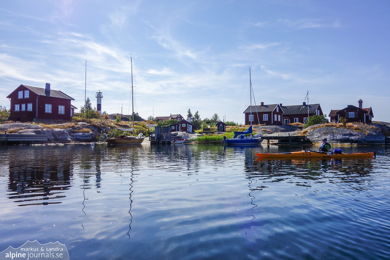 Huvudskär is a picturesque place crowded with red cottages and small pires. We stop by in the morning to refill some water.