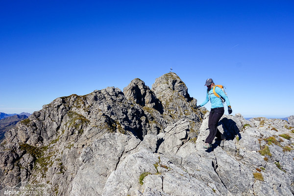 Happy jogging along the ridge, Walser Hammerspitze furhter back.