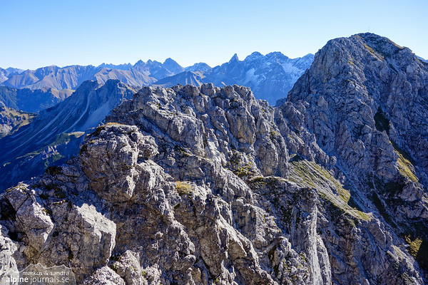 From here, the ridge becomes interesting, offering bit of scrambling and occasionally somewhat exposed (short sections II).