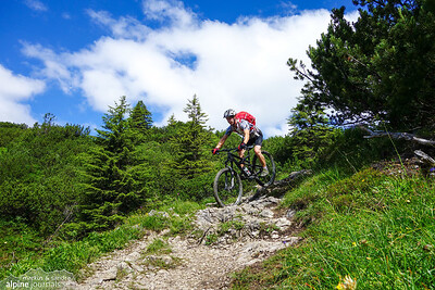 Schrofenpass single trail towards Warth