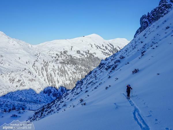 Ascending Alpgundkopf with Fellhorn behind.