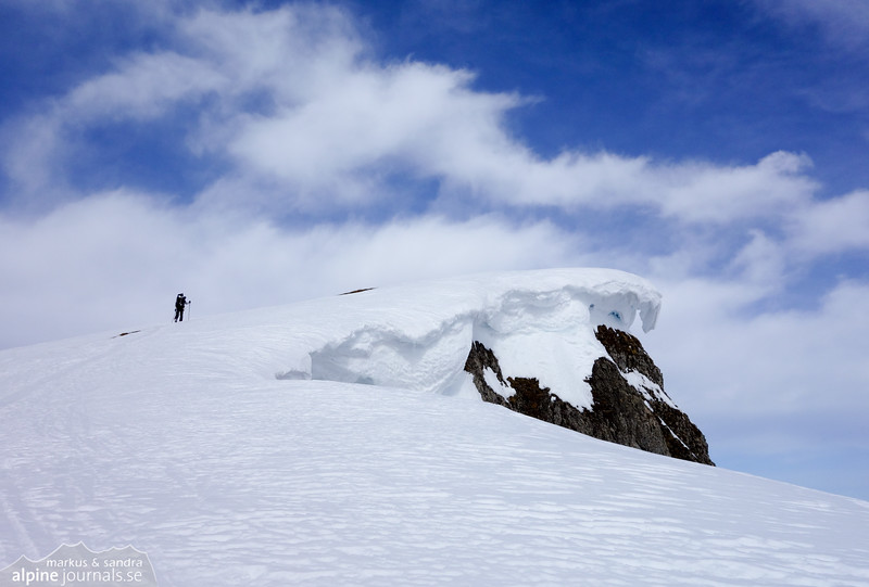 Snow cornice on the rather monotone ascent of the sloping Hohe Ifen plateau.