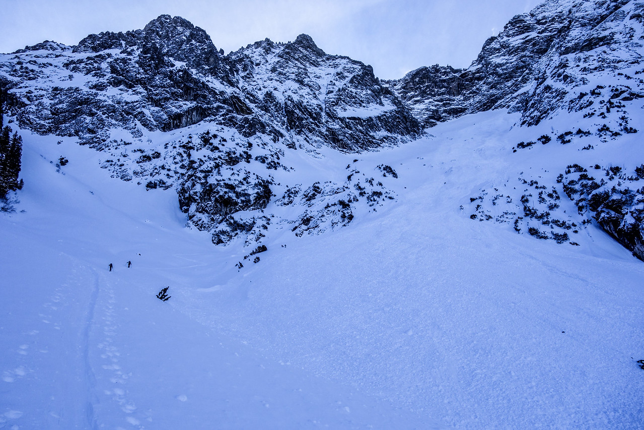 A 1-2 day old avalanche spans the entire slope below Gr. Widderstein. It seems to have been triggered spontaneously by snow from the rock face.