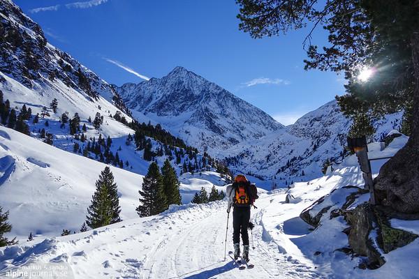 Skiing towards Schrankogel.