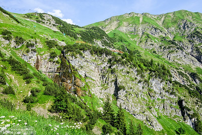 Having passed the Nebelhorn middle station, we descend by foot to Obersdorf. It is a long way, with 1100 meter altitide drop, but the surroundings are stunning.