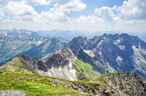 View back to the Hindelanger Klettersteig in its entirety, as seen from Grosser Daumen.