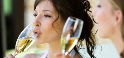 """Champagne proeverij - Champagne tasting:  """"Kom vlug broeders, ik drink sterren!"""" (Dom Pérignon na zijn ontdekking van champagne).  Gedurende deze proeverij wordt onder deskundige begeleiding van een Champagne-connaisseur meerdere prachtige mousserende wijnen en champagnes geschonken.  Locatie: Grand Hotel Huis ter Duin  Prijs: Circa EUR 75.00 p.p. (exclusief zaalhuur) Van 4 deelnemers tot maximaal 25 deelnemers"""