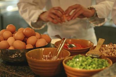Cooking workshops:  De Kookerij wil voor u een unieke culinaire ervaring creëren die volledig in het teken staat van proeven, koken en het plezier dat u daaraan kunt beleven. Met een gezelschap vanaf 20 tot 150 personen gaat u onder leiding van chefs en staf van de Kookerij, samen koken in één grote ruimte aan een of meerdere van onze 10 high tech kookeilanden, voorzien van alle technische snufjes.  De Kookerij Culinary College onderscheidt zich door als enige grote kookstudio in Nederland seizoensgebonden te koken met gebruik van zoveel mogelijk (biologische) fairtrade streekproducten. Ook in het aanbod van de menu's is er de keuze om geheel biologisch te koken.  Diverse workshops beschikbaar. Locatie: Externe locatie Prijzen afhankelijk van gekozen workshop  Minimaal / maximaal aantal deelnemers: vanaf 20 tot 150 personen De Kookerij. Culinary College Walserij 66 2211 SL Noordwijkerhout   T 0252 – 62 93 00 F 0252 – 62 93 01 E info@kookerij.com http://www.kookerij.com