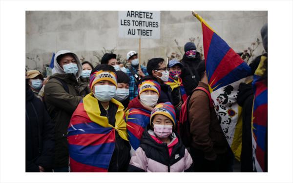 Des tibetains se sont rassembles a Paris Place du Trocadero en hommage au 62 eme Anniversaire du soulevement du Peuple Tibetain contre l occupation chinoise de 1959. Cette manifestation proteste contre l injustice, la violation des droits de l homme, l occupation du Tibet et la destruction d un peuple.