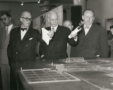 """01 Le Corbusier, Otto Bartning und Hans Scharoun (v.l.n.r.) während der Eröffnung der Ausstellung """"Le Corbusier - Architektur, Malerei, Plastik, Wandteppiche"""" am 7.9.1957 in Berlin."""