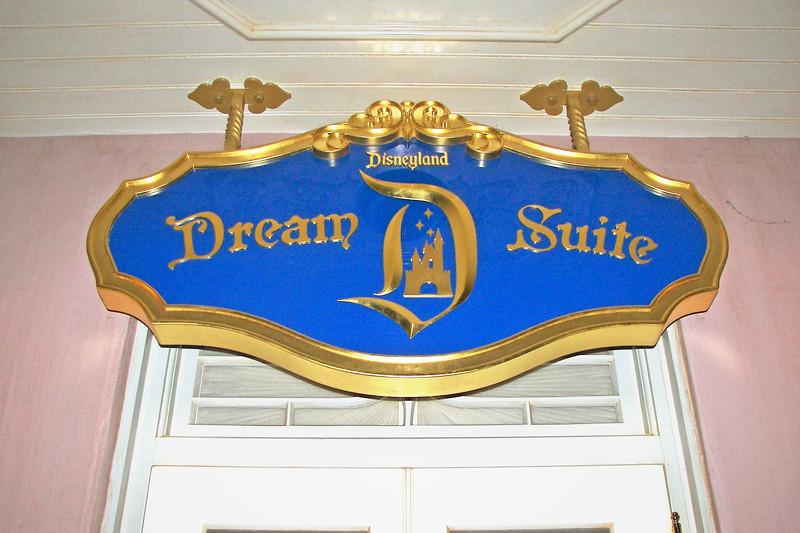 disneyland dream suite 1 outside (4)