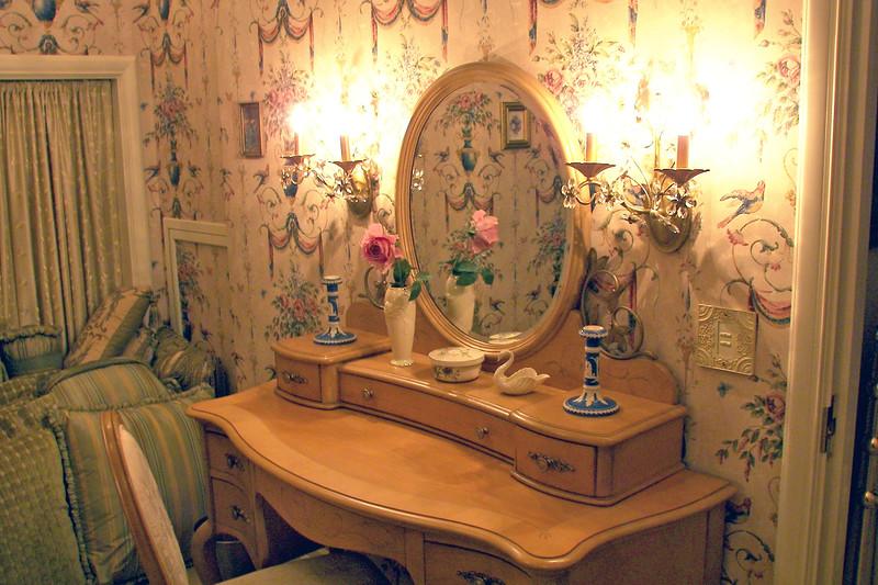 disneyland dream suite 3 master bedroom 5 powder room (4)
