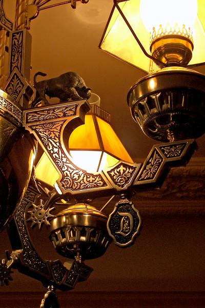 disneyland dream suite 4 second bedroom 2 lighting (5)